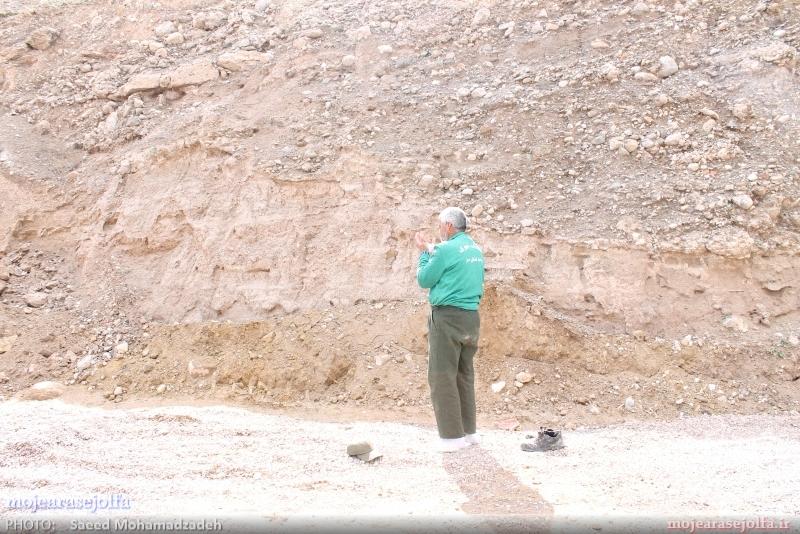 تصاویر/ کارگر منطقه آزاد ارس در حال نماز خواندن